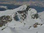 Le Toûno depuis la Pointe de Tourtemagne et plusieurs skieurs qui montent.