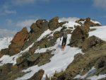 Un skieur monte au sommet N