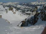 Un skieur qui descend par le couloir pour Vers les Lacs