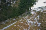 un semblant de mur de pierres sèches