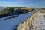 On longe le mur de pierres sèches, le panorama s'ouvre à nouveau