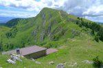 La cabane du ski-club de Nyon au Col de Porte. La Dôle au fond avec le chemin des crêtes bien visible