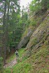 En contrebas, chemin à la 'gencive' du massif