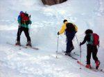 Premiers exercices du pas du skieur de randonnée pour Olivier en jaune.