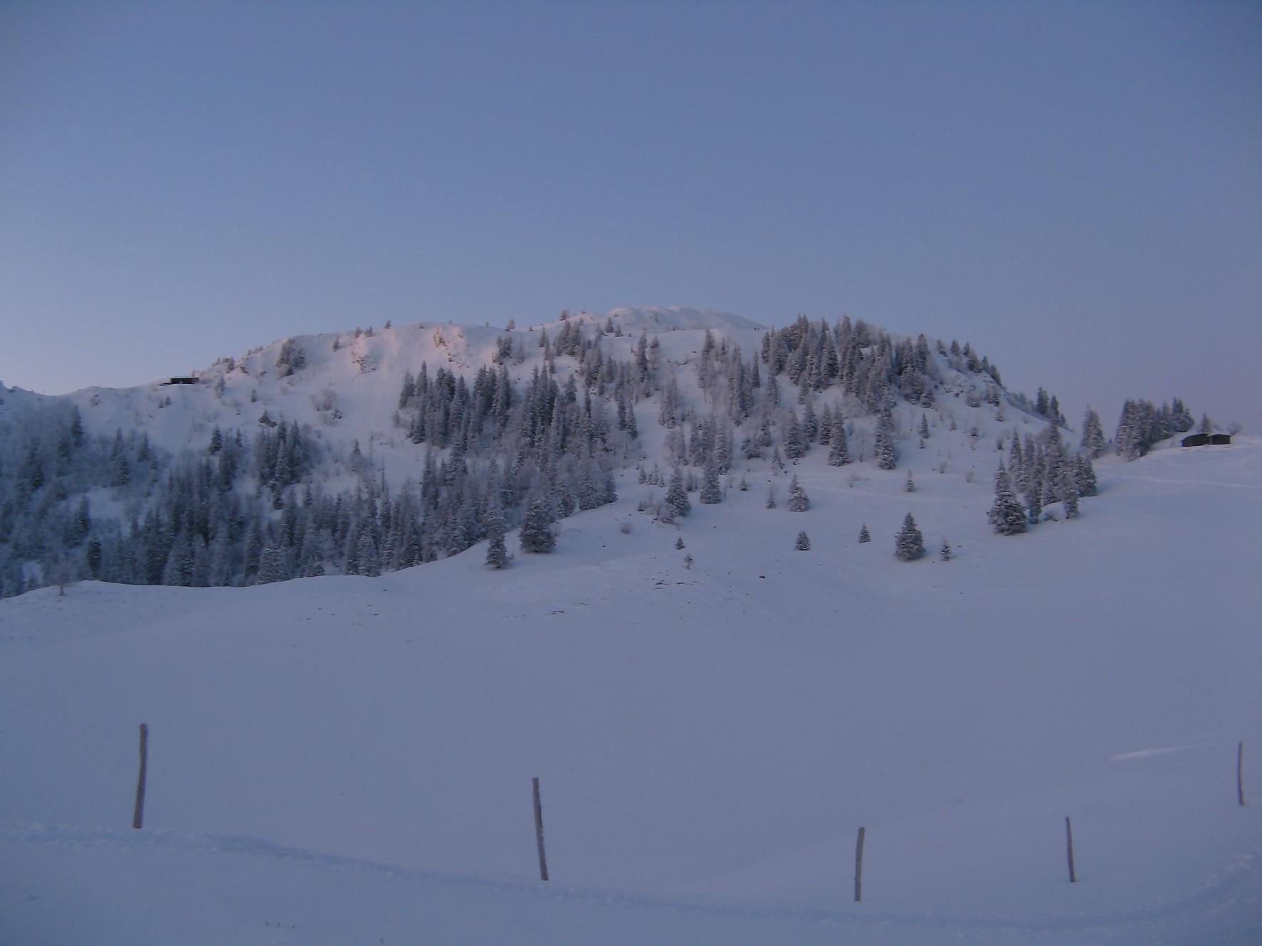 Sur la gauche, la cabane du ski-club de Nyon, la Pointe de Poëlle Chaud et le Chalet des Apprentis