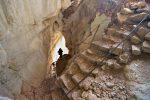 Le chemin descend dans la grotte principale
