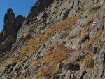 Le chemin se poursuit à travers les rochers
