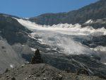 Vue sur le glacier de Lämmeren, notez le cairn en forme d'arche