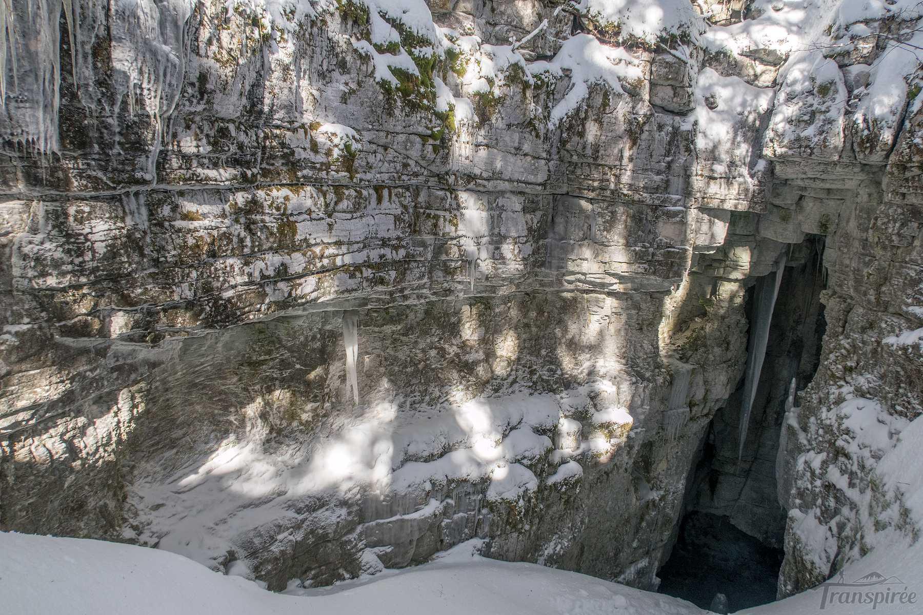 Randonnée en raquettes à la glacière de Genolière et cabane du Carroz depuis La Givrine